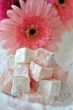 Περιγραφή   Εύκολα λουκούμια ρόζ με αμύγδαλα!      Συστατικά    750 γραμμάρια ζάχαρη.  600 γραμμάρια νερό.  110 γραμμάρια κόρν-φλάουρ. ...