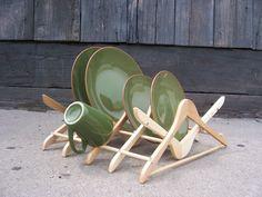 Diy: Coat Hanger Dish Drain - #DIY+Crafts #DIY (source: creativespotting.com)