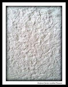 Cuando la vez de frente la primera vez, piensas que abandono, que desolación. Sus huecos supuraban tierra. Necesitaba cal, las paredes necesitaban mucha cal. Para poder así fortalecerse y poder controlar su sangría.