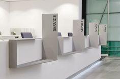 per la BW Bank a Stoccarda Corporate Interiors, Office Interiors, Bank Interior Design, Banks Office, Reception Desk Design, Modern Office Design, Signage Design, Booth Design, Commercial Design