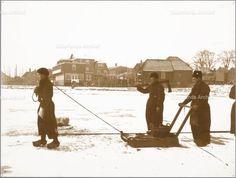 Vissers bezig met botkloppen op het ijs van de Gouwzee. ca 1910 Jan Siewers (1848-1918) #NoordHolland #Volendam