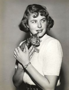 Ingrid Bergman y un pequeño felino Ingrid Bergman, Crazy Cat Lady, Crazy Cats, I Love Cats, Cool Cats, Celebrities With Cats, Animal Gato, Image Chat, Cat People