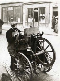Le Remouleur, Paris, circa 1910 (the knife grinder) Vintage Paris, Old Paris, History Of Photography, Street Photography, Old Pictures, Old Photos, Vintage Photographs, Vintage Photos, I Love Paris