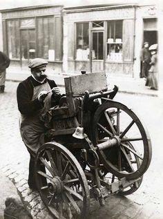 coisasdetere:  Amolador de facas em Paris / 1910. Mais uma profissão que foi engolida pelos tempos modernos…