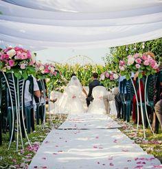 Allestimento con fiori e petali #rosa per una suggestiva #cerimonia all'aperto - foto by Foto Bouquet Bologna