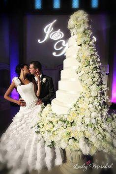 12 Huge Tall Wedding Cakes Photo - Big Elegant Wedding Cakes, Big Wedding Cake and Wedding Cake Ideas / snackncake Huge Wedding Cakes, Extravagant Wedding Cakes, Elegant Wedding Cakes, Beautiful Wedding Cakes, Wedding Cake Designs, Beautiful Cakes, Dream Wedding, Floral Wedding, Summer Wedding