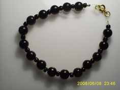 pulsera elasticada exclusiva   valor $3.000 pesos Beaded Necklace, Bracelets, Red, Black, Jewelry, Fashion, Bangle Bracelets, Accessories, Beaded Collar