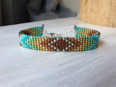 Handgeweven kralenarmbandje/Loom beaded bracelet door Suusjabeads op Etsy Hippie Bracelets, Beaded Bracelets, Colorful Bracelets, Boho Hippie, Bengal, Bohemian Jewelry, Seed Beads, Loom, Turquoise Bracelet