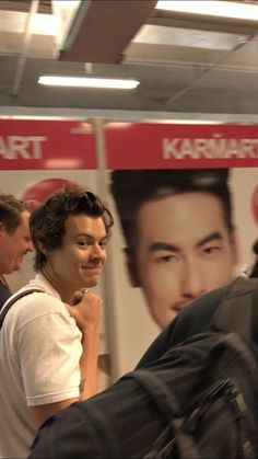 Smirky Harry arriving in Bangkok today! May 2018 Harry Styles Baby, Harry Styles Pictures, One Direction Pictures, Harry Edward Styles, Beautiful Boys, Pretty Boys, This Man, Harry 1d, Harry Styles Wallpaper