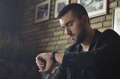 """Jedan od najperspektnijih mladih pevača na našoj estradi, Mihailo Milčić ovih dana diže ruke od svega i zbog ljubavi napušta sve.   To je vest koja bi odjeknula jako, da se ne radi o situaciji u kojoj se Mihailo našao, ali samo u pesmi!  Naime, Mihailo je, posle pesme """"Ovaj život moj"""",   #ljubav #Mihailo Milčić #ostavio sve #Ovaj život moj #pressserbia #stranac"""
