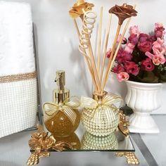 Lindo kit de lavabo ball . #Difusor #difusordevaretas #difusordeambiente #difusorcomperola #sabonete #sabonetecomperola #handsoap #bandeja #bandejadeespelho #bandejacomresina #toalha #toalhabordada #toalhabuddemeyer #sabonetecomglitter #sabonetedourado #decor #decoração #detalhes #casa #casacheirosa #banheiro #lavabo #home #escritório #consultório #carinho #casamento #wedding #ateliemarivenancio #luxo