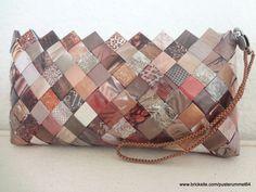 Clutch flettet af ugeblade holdt i brune/beige nuancer.  Clutch wowen of magazines kept in brown / beige