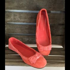 Coral J Crew flats These adorable coral flats are perfect for spring, summer, or fall paired with a dark denim or flirty skirt. Size 8. Gently worn on bottom. Visible ares show little to no wear. J. Crew Shoes Flats & Loafers