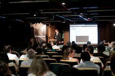 Luiz Silveira, Gerente de Marketing da EPYX Soluções Editoriais, demonstra à plateia os sistemas WoodWing e Adobe DPS para publicar em múltiplos canais. Foto: Patrícia Bruni.