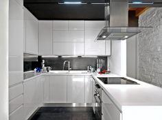 Kleine weiße und schwarze Küche