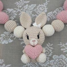 Steen i stugan: virkade hjärtan Crochet Baby Mobiles, Crochet Baby Toys, Crochet Animals, Amigurumi Patterns, Knitting Patterns, Crochet Patterns, Crochet Rabbit, Natural Baby, Hello Kitty