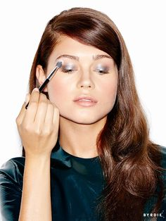 We show you how to create a metallic party eye look in just 4 easy steps.