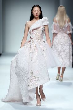 Wang Feng Ready To Wear Spring Summer 2017 Shanghai Couture Mode, Style Couture, Couture Fashion, Runway Fashion, Robes Western, Western Dresses, Live Fashion, Fashion Show, Fashion Outfits