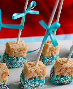 These would be way easier than Cake Pops. Not to mention Rice Krispies are one of my favorite things EVER! Rice Krispie Pops - This would be a cute baby shower/bday party snack too! Chocolate dipped Rice Crispy treats for dessert ta Botanas Para Baby Shower, Baby Shower Simple, Comida Baby Shower, Idee Baby Shower, Baby Shower Food For Girl, Baby Shower Menu, Baby Shower Snacks, Baby Shower Cake Pops, Shower Bebe