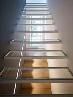 Design Ideen für eine Treppe mit transparenten, schwebenden Stufen