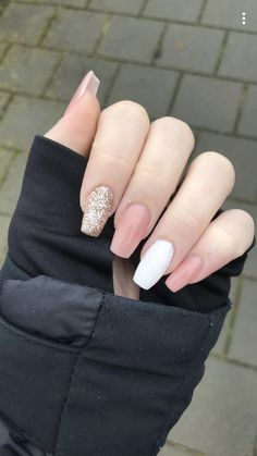 Apr 2020 - 25 Elegant White Nail Art Ideas that You will Love for Winter: Now is the time to beautify your nails with a white winter theme. Having an elegant white nail art is a beauty in itself this season. Gold Gel Nails, Vip Nails, Gold Nail Art, Simple Acrylic Nails, White Nail Art, Summer Acrylic Nails, Best Acrylic Nails, Coffin Nails, Pink White Nails