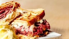 Discover how to make a Reuben sandwich, a decadent, over-the-top corned beef bite to eat at home. With plenty of oozy Swiss cheese and tangy Thousand Island dressing this makes a simple, but utterly perfect lunch. Sandwich Reuben, Sandwich Melts, Best Sandwich, Sandwich Recipes, Grilled Corned Beef, Easy Delicious Recipes, Yummy Food, Gluten Free Recipes, Beef Recipes