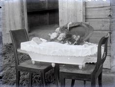 Finnland, 1915 Victorian Photos, Victorian Era, Vintage Photos, Memento Mori Photography, Post Mortem Pictures, Wierd Facts, Post Mortem Photography, Words Of Comfort, Momento Mori