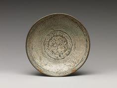 Plato con la inscripción y decorado con crisantemos y filas de puntos | Corea | dinastía Joseon (1392-1910) | el Met