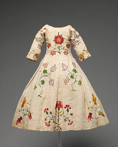 Wool embroidered american linen dress, mid 18th c , back view