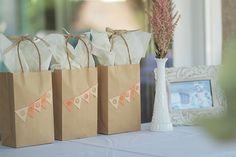 Adorna sencillas bolsas para un regalo especial / Decorate simple gift bags for a special party favour