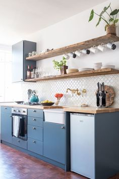 Kitchen shelf inspiration - 20 Smart and Beautiful Ways to Organize Your Kitchen Shelves & Cabinets – Kitchen shelf inspiration One Wall Kitchen, Old Kitchen, Kitchen Small, 1950s Kitchen, Kitchen Things, Kitchen Paint, Kitchen Furniture, Kitchen Interior, Kitchen Decor