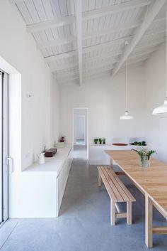 Monte da Azarujinha is a minimalist residence located in Azaruja Portugal designed by Aboim Inglez Arquitectos. Interior Minimalista, Interior Architecture, Interior And Exterior, Exterior Doors, Küchen Design, House Design, Design Apartment, Beautiful Dining Rooms, Home And Deco