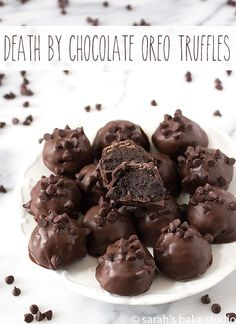 Death by Chocolate Oreo Truffles ?me Oreo Cookies, cream cheese, melted dark chocolate, and mini milk chocolate chips make these sinfully delicious Oreo truffles perfect for you chocoholics! Just Desserts, Delicious Desserts, Dessert Recipes, Yummy Food, Healthy Food, Death By Chocolate, Chocolate Oreo, Dark Chocolate Truffles, Chocolate Truffle Recipe