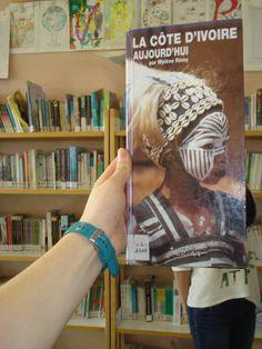 Bookface avec un livre documentaire sur la Côté d'Ivoire