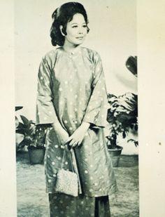 Classical Baju Kurung (sleeves shorter than current style) Sixties Fashion, 1950s Fashion, Vintage Fashion, Vintage Style, Traditional Fashion, Traditional Dresses, Malay Wedding Dress, Kebaya, Fashion Details