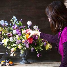 Penny blossoms styling her  beautiful composition #composition #instaflower #floristsofinstagram #school #flowers #florists #nofoamzone #nofoam #sabinedarrallflowerclass #bristol #floraltrend #foamfree #floraleye #floristry