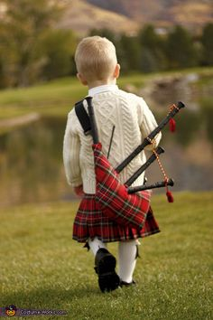 Splashed Red Tartan Kilt and Bagpipes, Little Scottish boy ! Men In Kilts, Boy Costumes, Halloween Costumes, We Are The World, Boy Photos, Harris Tweed, Baby Kind, Pretty Baby, Historical Costume