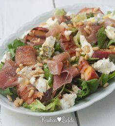 Woohooo,it's saladtime! 's Zomers lijk ik wel een konijn. Met grote gretigheid knabbel ik onafgebroken aan mooie, frisse salades; als lunch, tussendoortje of lekker licht hoofdgerecht, een salade smaakt me altijd. En déze salade – met sappige, zoete perzik, zoutige Parmaham en zacht romige geitenkaas – is mijn vrolijkste zomerfavoriet. Geserveerd met een koel glas...