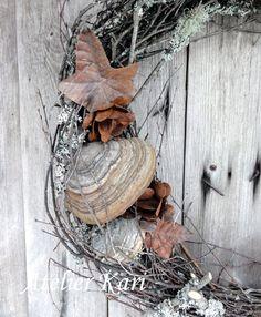 Atelier Kari naturdekorasjoner og kranser Firewood, Wreaths, Texture, Crafts, Atelier, Surface Finish, Woodburning, Manualidades, Handmade Crafts