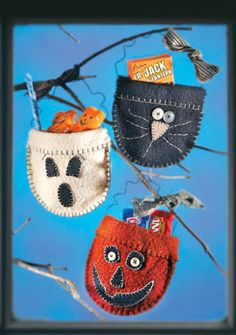 """With just a few days away from Halloween we are trying to get ready with cute crafts for the kids. Some of us might like to try one of these darling Felt Candy Pockets. This DIY is from """"Crafts … Dulceros Halloween, Halloween Sewing, Fall Sewing, Halloween Party Supplies, Halloween Quilts, Cute Halloween Costumes, Halloween Projects, Vintage Halloween, Diy Halloween Ornaments"""