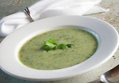 Sopa de Agrião       Ingredientes    1 maço de agrião    750g de batata    1 cebola    2 dentes de alho    1 tablete de caldo de galinha    2 litros de água    Sal a gosto    Clique na foto para saber como fazer.