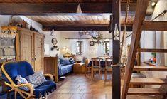 Chalupářský interiér je zařízen nábytkem z masivu. V jednom koutě stojí stůl se židlemi, v dalším postel. A u stěn skříně a truhly.