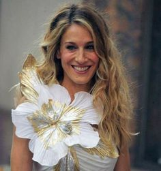 Sarah Jessica Parker :) loved her playing Carrie Bradshaw in sex and the city :) Sarah Jessica Parker, Carrie Bradshaw Hair, Creation Couture, Hair Affair, Glamour, Celebrity Hairstyles, Her Hair, Flower Power, My Idol