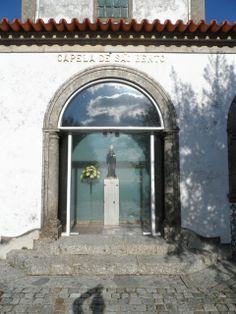 Porta da entrada  da sala de São Bento, uma das salas da capela que também acopla a sala dos ex-votos.