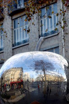 The Big Apple sculpture, Place de Clichy