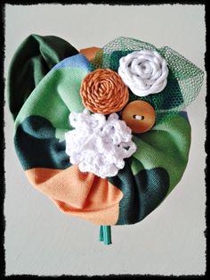 Tocado Diadema sin forrar  en tonos verdes y naranjas de inspiración vintage. Pieza única, hecha a mano.