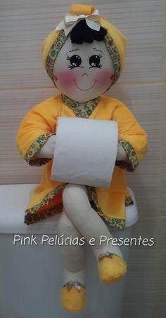 Boneca porta Papel higienico Consulte o trio para lavabo Porta toalhas e Porta cotonetes Em algodão e atoalhado! Toilet Roll Art, Toilet Roll Holder, Creative Crafts, Diy And Crafts, Farm Animal Crafts, Sewing Projects, Projects To Try, Flower Ball, Doll Patterns