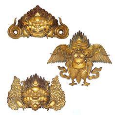 Conjunto de três raríssimos ornamentos de parede tibetanos, em bronze lavrado e trabalhado à ouro ,