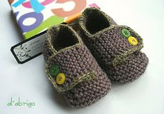 €2.50 adorable baby booties pattern, sport weight yarn, sizes 0-3, 3-6 & 6-12 months. Find the English pattern here on Ravelry: http://www.ravelry.com/patterns/library/schoolboy-baby-booties  #knitting #pattern #booties