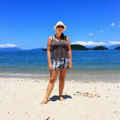 A praia linda de hoje foi São Gonçalo Paraty/RJ. A faixa de areia fofa e branquinha fica entre o rio e o mar e alguns barquinhos fazem travessias para as ilhas ali atrás. Essa é de fácil acesso sem trilhas.  #saogoncalo #paraty #parati #riodejaneiro #rio #rj #errejota #brasil #brazil #litoralbrasileiro #viagem #travel #trip #viajantesdubbi #turistei #wanderlust #viajoteca #skyscannerbrasil #destinografia #viajarpelobrasil #travelblog #queroirla by queroirla